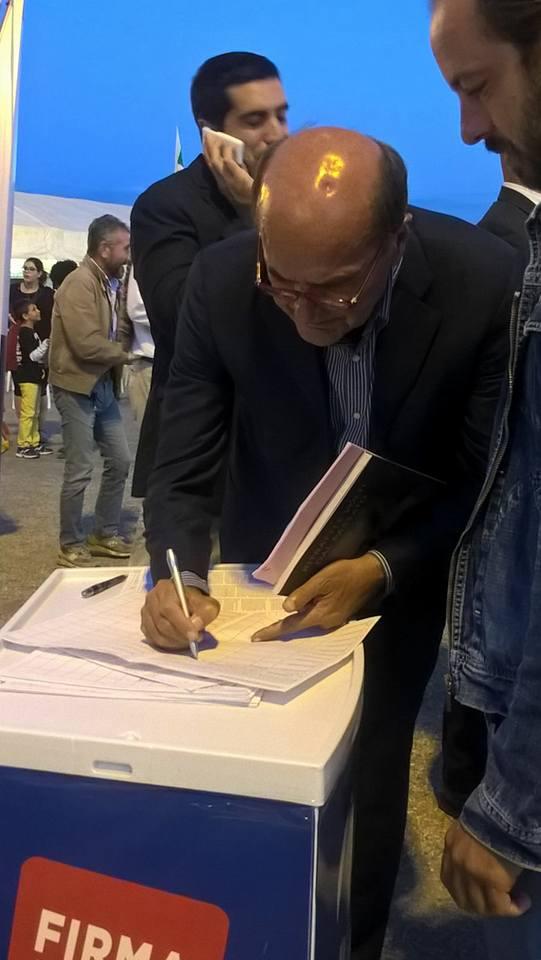 Pier Luigi Bersani firma la proposta di legge contro le false cooperative
